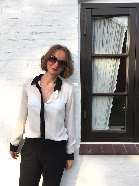 Yerse weiße Bluse mit schwarzem Kragen Brooklyn Industries Unisa silberne Sandalen schwarze Jogginghose Oceanblue Style Ü40 Modeblog (2)